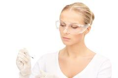 Attraktiv kvinnlig doktor med termometern Arkivbilder