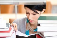 Attraktiv kvinnlig för avläsningsbok arkivfoton
