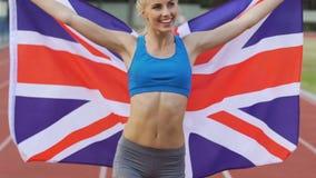 Attraktiv kvinnlig löpare som tycker om hennes seger i konkurrens, framgång i sport arkivfilmer