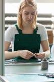 Attraktiv kvinnlig linje arbetare Arkivfoton