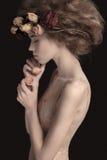 Attraktiv kvinnlig med den trendiga frisyren Arkivbild