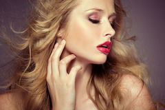 Attraktiv kvinnlig modell med den bleka hyn Arkivfoto