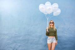 Attraktiv kvinnlig modemodell med ballonger arkivfoton