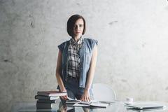Attraktiv kvinnlig sekreterare på kontorsskrivbordet royaltyfria foton