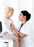 Attraktiv kvinnligdoktor med henne som är patient Fotografering för Bildbyråer