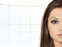 attraktiv latinoståendekvinna Arkivfoto