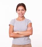 Attraktiv latinsk kvinna med korsade armar royaltyfria bilder