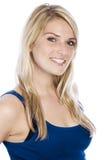 Attraktiv le kvinna i Sleeveless blå skjorta royaltyfria bilder