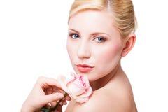 Attraktiv le kvinna med en ros royaltyfri fotografi