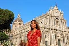 Attraktiv le kvinna som besöker den Catania domkyrkan, Sicilien, Italien royaltyfri bild
