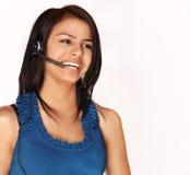 Attraktiv le snäll kvinnaportionkund på telefonen Royaltyfri Foto
