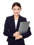 Attraktiv le ung dator för bärbar dator för affärskvinna hållande Arkivfoton