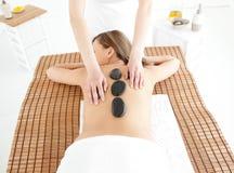 attraktiv liggande massagetabellkvinna fotografering för bildbyråer