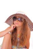 Attraktiv liten flicka i en hatt och med solglasögon Arkivbild