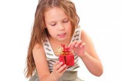 Attraktiv liten flicka med en gåva för St.-valentin dag Royaltyfri Foto