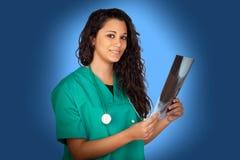 Attraktiv läkarundersökning med en röntgenfotografering Arkivbilder