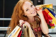 Attraktiv lycklig flicka som shoppar ut Royaltyfri Foto