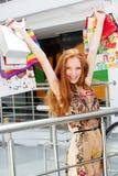 Attraktiv lycklig flicka som shoppar ut Arkivbilder