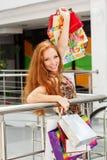 Attraktiv lycklig flicka som shoppar ut Royaltyfri Fotografi
