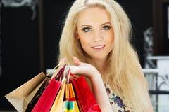 Attraktiv lycklig flicka som shoppar ut Arkivbild