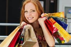 Attraktiv lycklig flicka som shoppar ut Arkivfoto