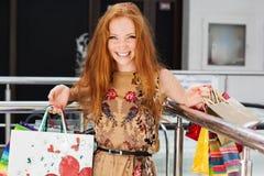 Attraktiv lycklig flicka som shoppar ut Royaltyfria Foton