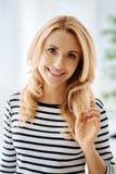 Attraktiv lycklig kvinna som rymmer hennes hår Arkivbilder