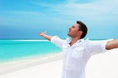 Attraktiv lycklig le man som ser upp in i avståndet med H royaltyfri fotografi