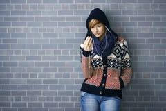 attraktiv lyssnande musikkvinna Royaltyfri Fotografi