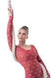 Attraktiv mörker-haired gymnast som poserar med repet Royaltyfri Bild