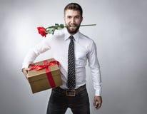 Attraktiv man med gåvapacken Fotografering för Bildbyråer