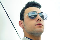 Attraktiv man med tonad solglasögon Arkivfoto