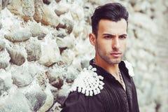 Attraktiv man, modell av mode, bärande spanjorkläder Arkivbild