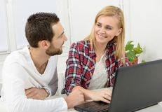 Attraktiv man- och kvinnaaffär genom att använda bärbar datordatoren royaltyfri bild
