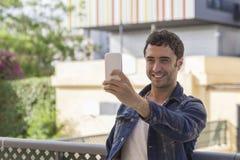 Attraktiv man som gör ett selfy arkivbilder