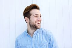 Attraktiv man som ler på vit bakgrund Arkivfoton