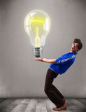 Attraktiv man som rymmer den realistiska ljusa kulan 3d Fotografering för Bildbyråer