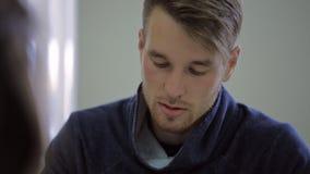 Attraktiv man som talar med hans klient en kvinna arkivfilmer