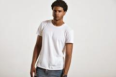Attraktiv manlig modell som framlägger den tomma vita t-skjortan Royaltyfri Foto