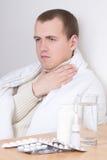 Attraktiv manstridighetsjukdom med preventivpillerar Royaltyfri Bild
