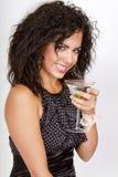 attraktiv martini för coctailflickaholding deltagare Arkivbilder