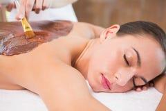 Attraktiv maskering för baksida för kvinnahälerichoklad på brunnsortmitten royaltyfri fotografi