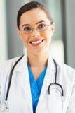 Attraktiv medicinsk arbetare fotografering för bildbyråer