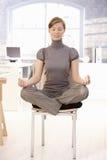 attraktiv meditera kontorsarbetare Arkivfoton