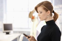 attraktiv mobil användande kvinna Arkivbild