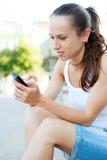 attraktiv mobiltelefonkvinna Fotografering för Bildbyråer