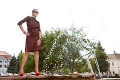Attraktiv modeflicka i town arkivbild