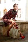 Attraktiv modeflicka i town royaltyfri foto