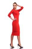 Attraktiv modekvinna som bär slankt rött gå för klänning arkivfoto