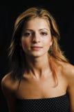 attraktiv modell för bakgrundsblackcloseup Royaltyfri Foto